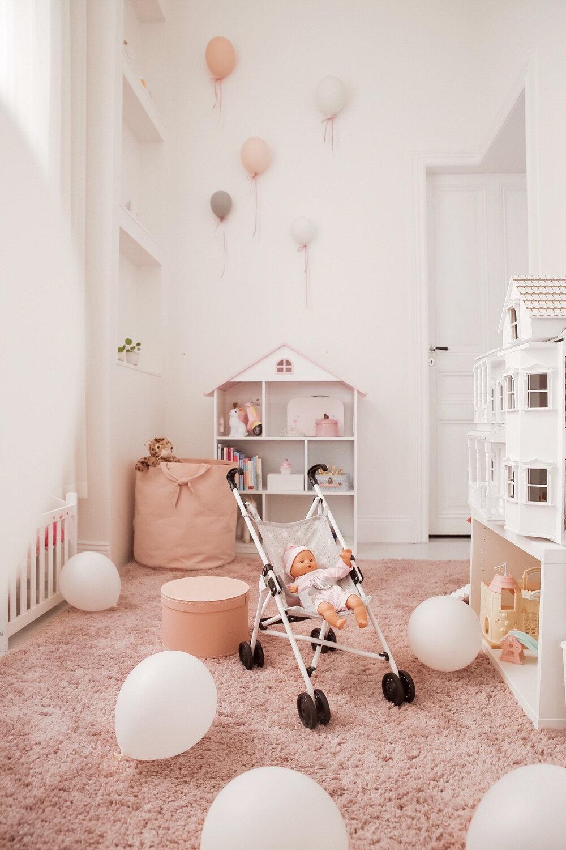 barnrum lekrum barnrumsinsp ballonger dockvagn dockhus matta bokhylla barn.jpg
