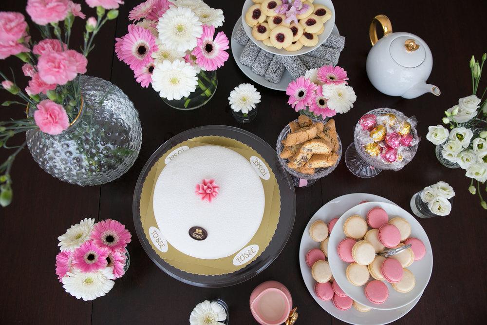 kakor fika dessertbord macarons tarta prinsesstarta.jpg
