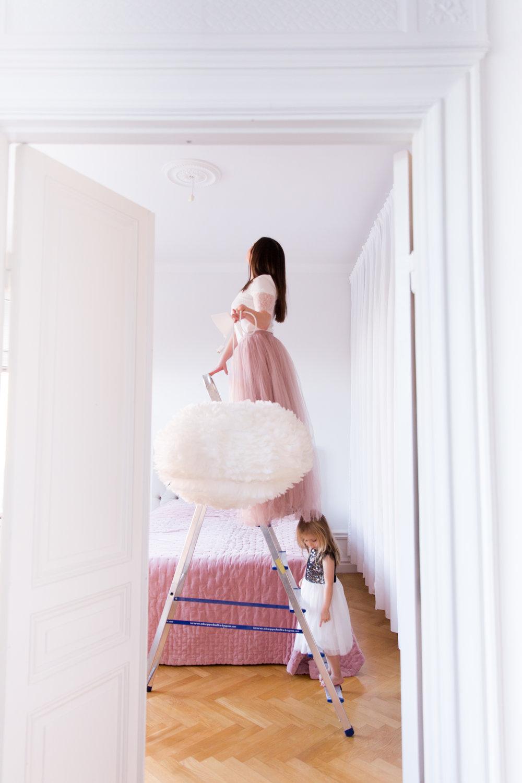Angelica Aurell Umage eos fjaderlampa inredning Angelicas Closet sovrum.jpg