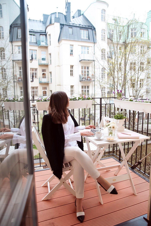 Angelica Aurell balkong jobb balkongmobler Stenstroms skjorta.jpeg