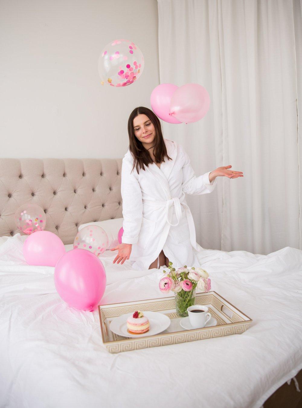 Angelica Aurell fodelsedag sovrum ballonger bricka bakelse.jpg